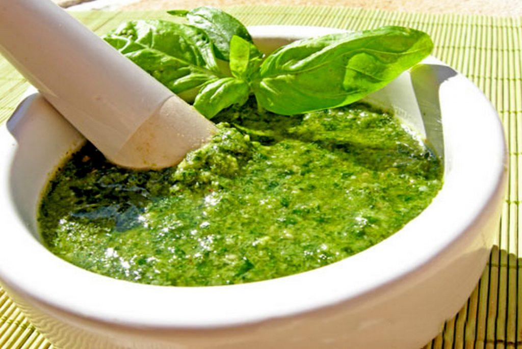 Зелений соус із зелені на блендері