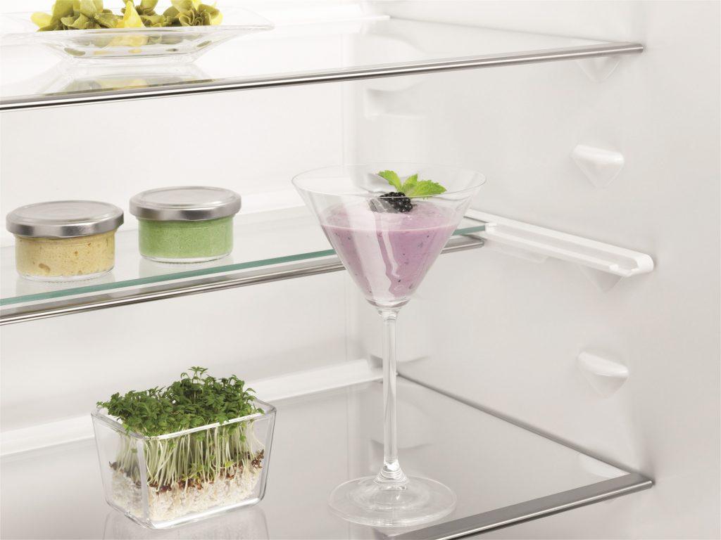 Скляні полиці з можливістю перестановки по рівню висоти / Electrolux ENG 2693