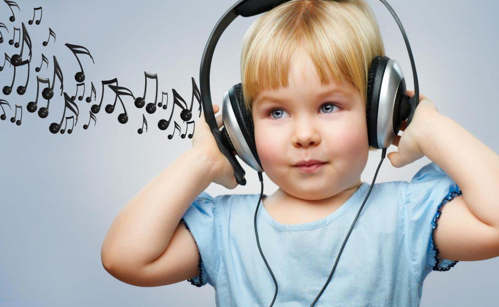 Дитина в навушниках