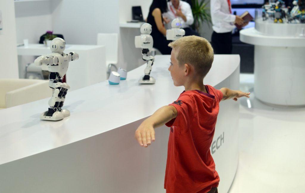 UBTech Alpha 1 Pro повторює рухи дитини
