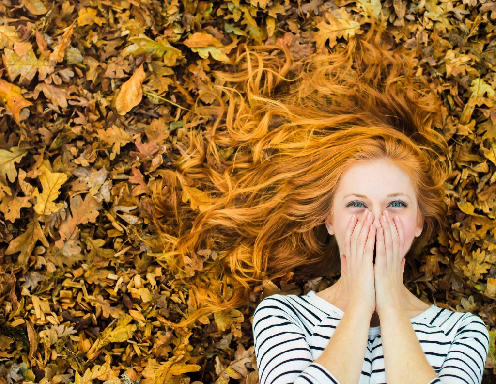 Фотосессия в ярких осенних листьях