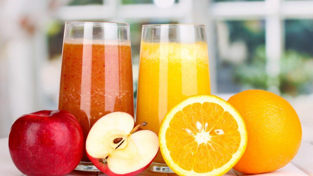 Свіжовичавлений сік - яблучний і апельсиновий