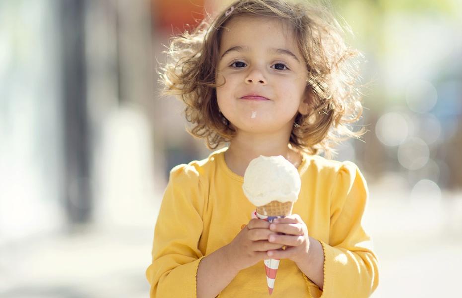 Дитина з морозивом