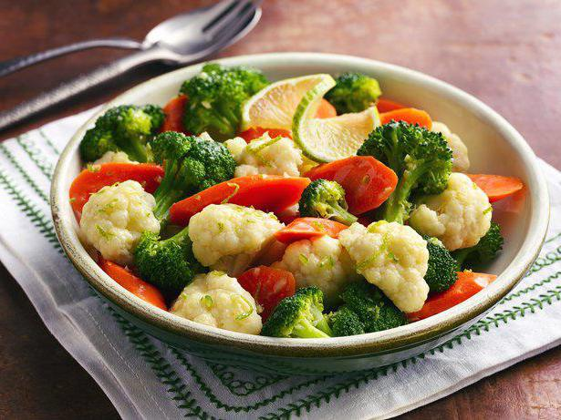 Тарілка цвітної капусти, броколі та томати