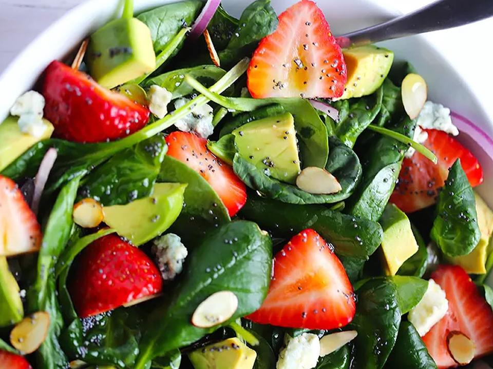 Салат из клубники, шпината и авокадо
