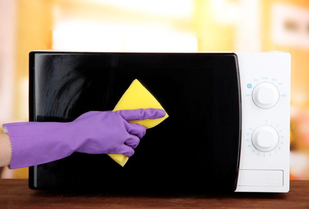 Протираем микроволновку мягкой влажной тканью или кухонной губкой