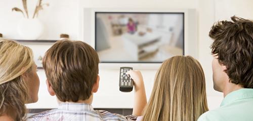 Просмотр телевизора в компании друзей