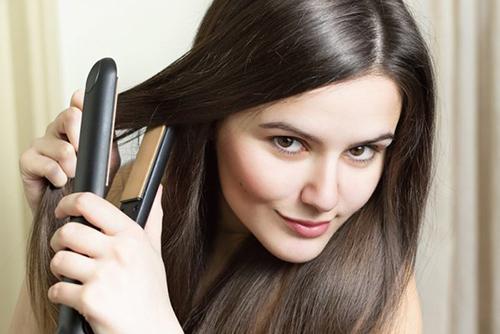 Плойка для волос в действии