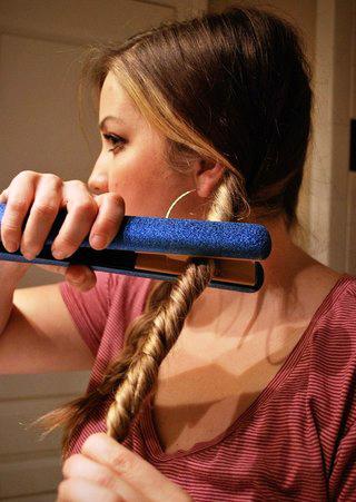 Другой способ завивки – берем прядь, скручиваем ее жгутом и проводим выпрямителем вдоль по всей длине волос.