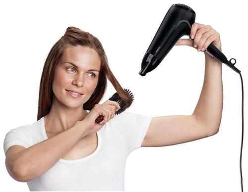 Сушим волосы под углом направляя поток воздуха только от корней до кончиков волос.