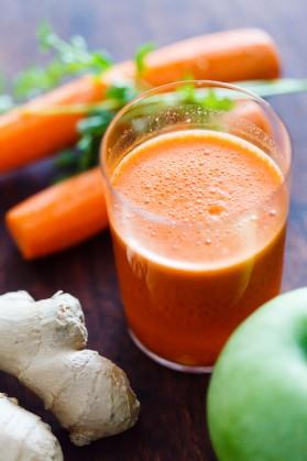 Морковно-яблучний смузі з медом і імбиром