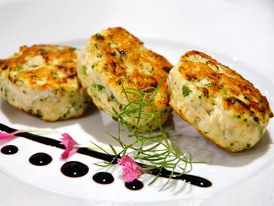 Куриные котлеты со шпинатом, приготовленные в пароварке – пример сервировки