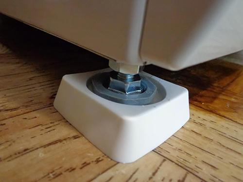 Установка стиральной машины на антивибрационные подставки