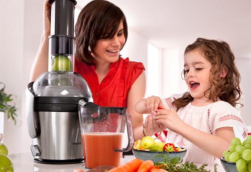 Процесс приготовления сока из фруктов и овощей