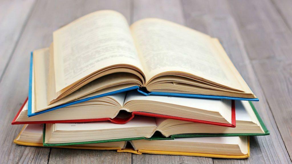 Стопка развернутых книг
