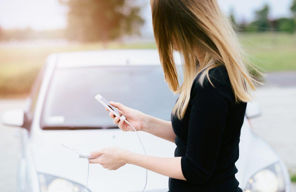 Зарядка смартфона с помощью Powerbank на улице