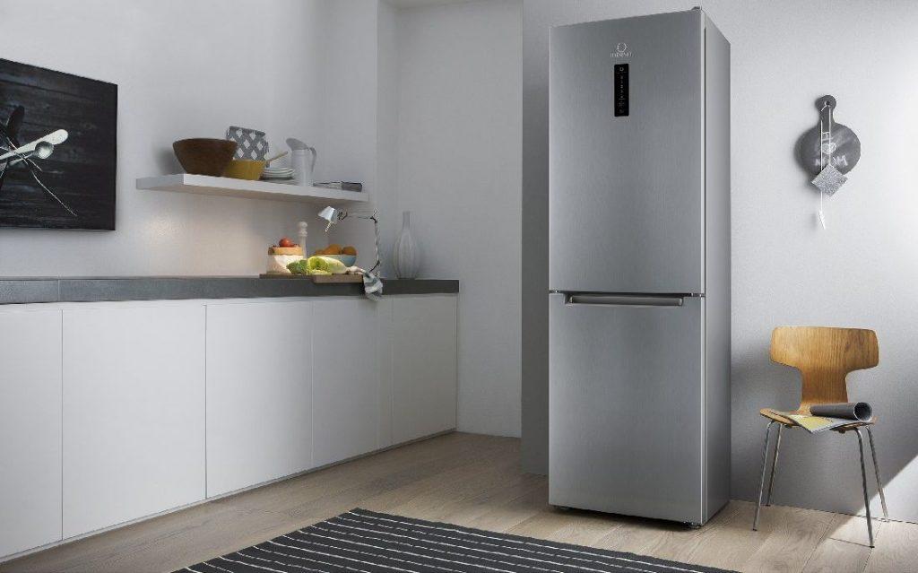 Обычный холодильник на кухне