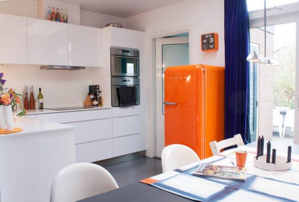 Інтер'єр кухні з помаранчевим холодильником