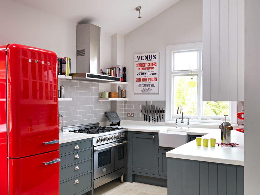 Інтер'єр кухні з червоним холодильником