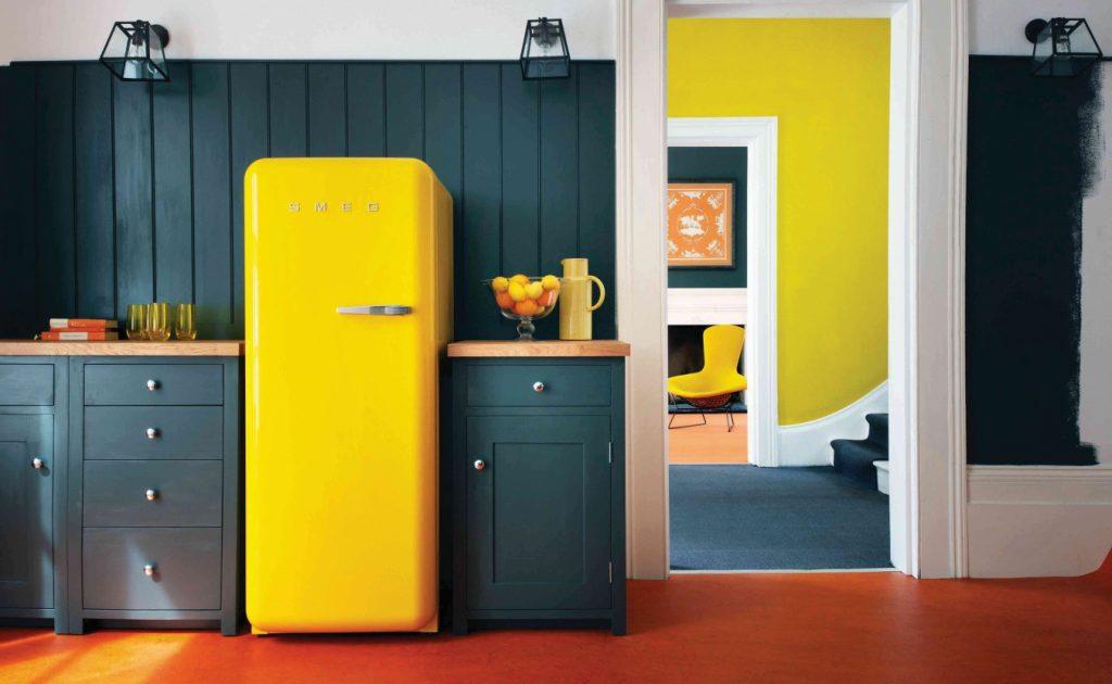 Інтер'єр кухні з жовтим холодильником