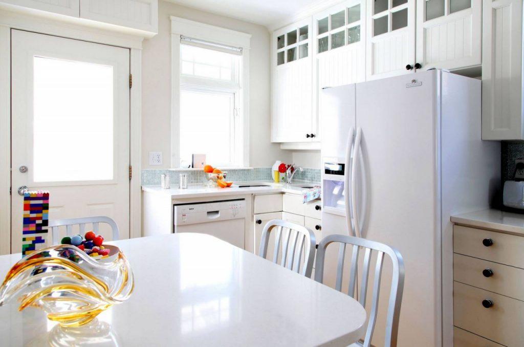 Однотонна біла кухня