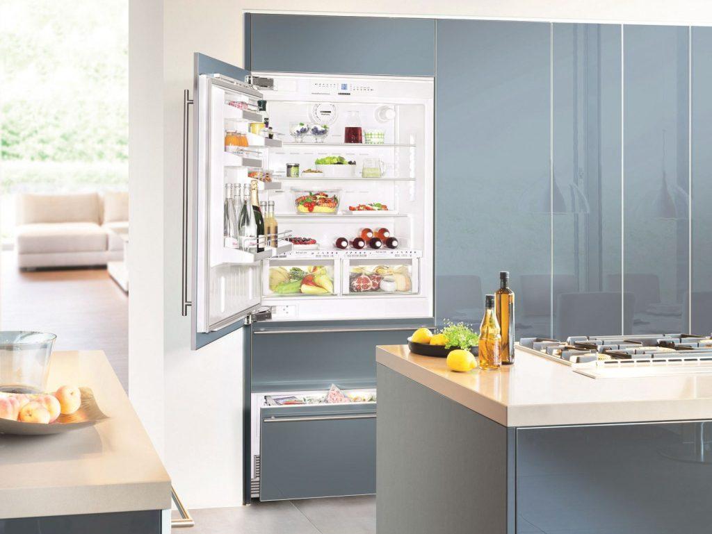 Встроенный холодильник в домашнем интерьере