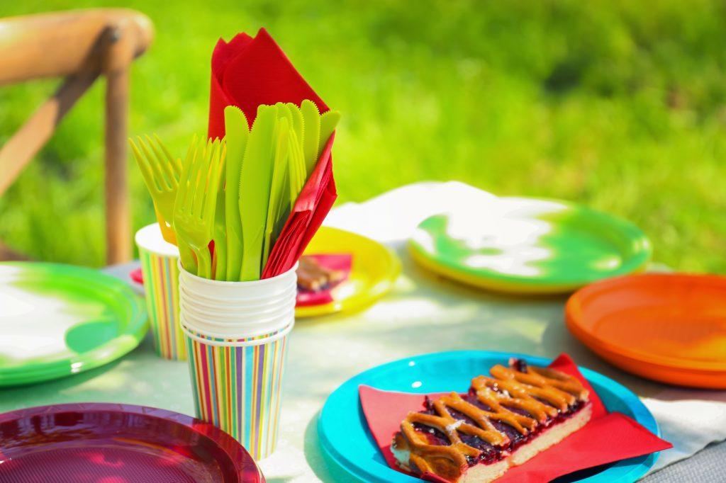 Одноразовая посуда: вилки, ножи, стаканы и тарелки