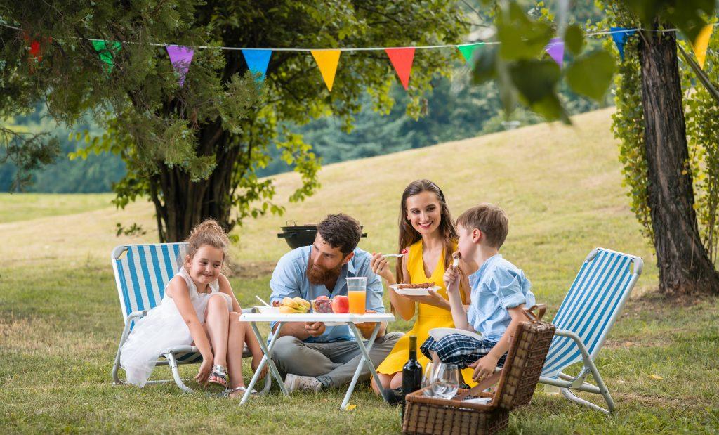 Пікнік на природі з сім'єю