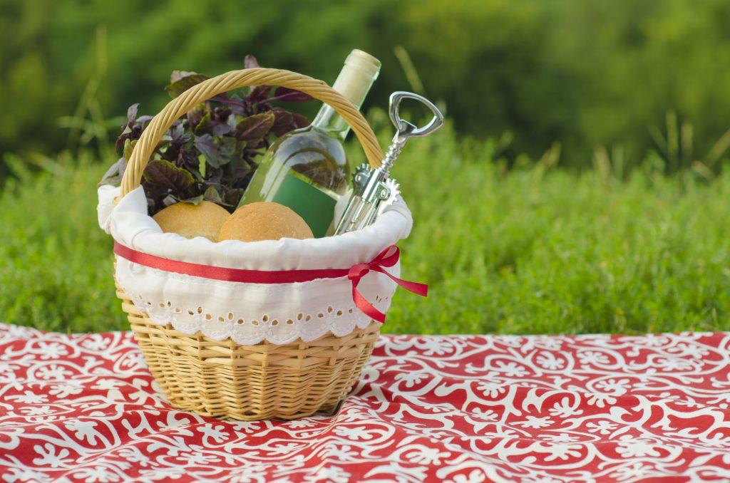 Штопор в корзине с вином и фруктами