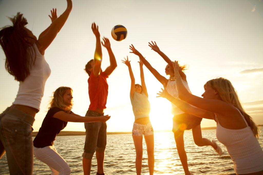 Игра в волейбол с друзьями