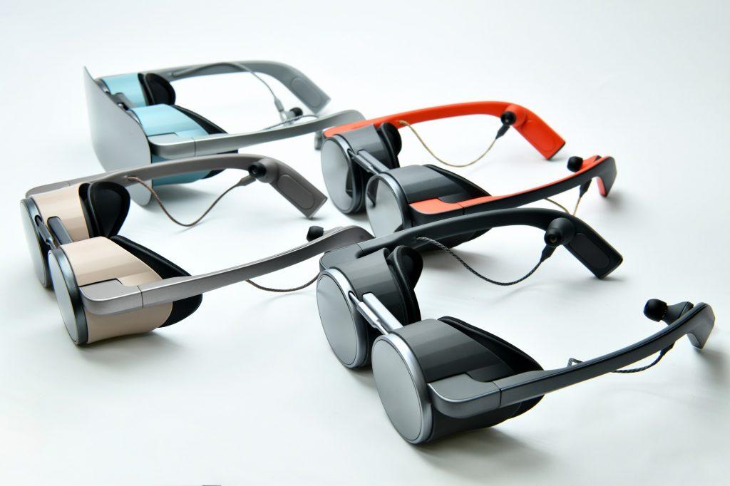 VR окуляри Panasonic різного кольору