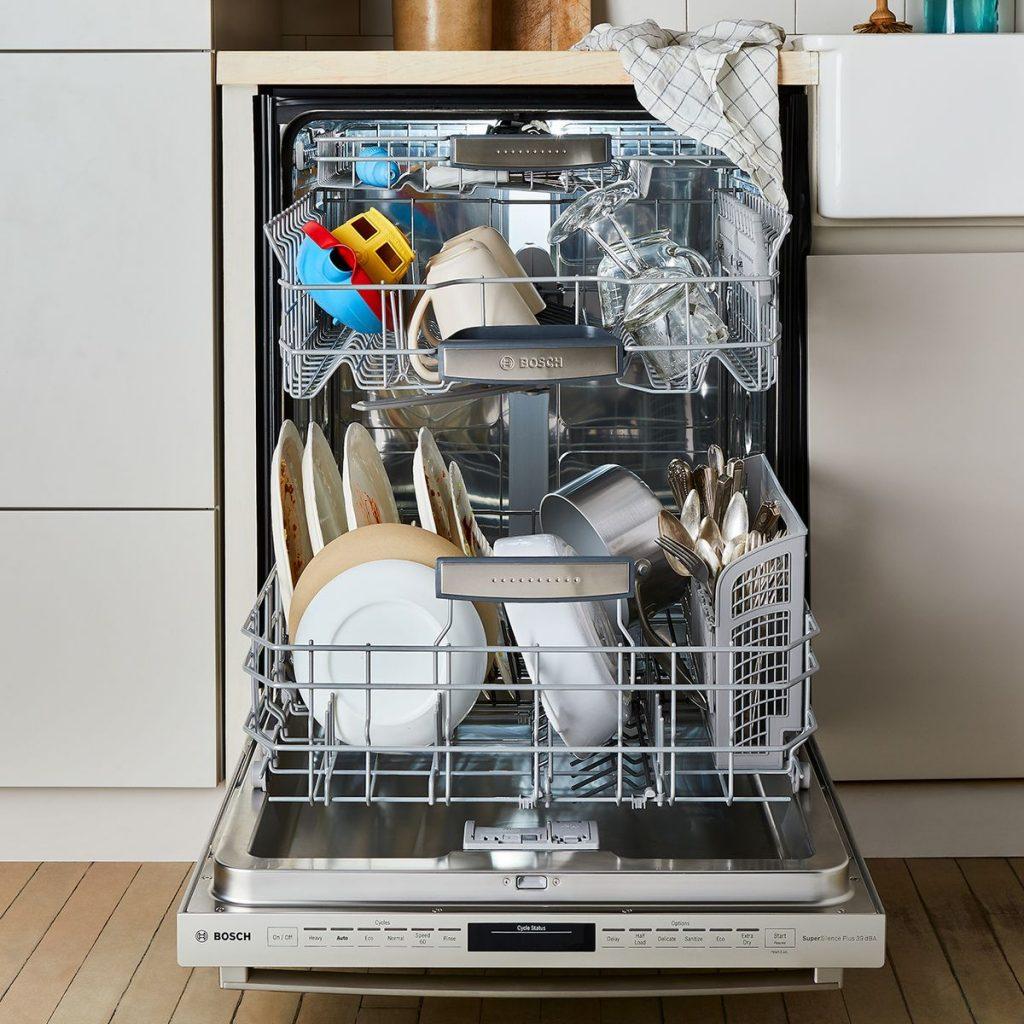 Завантажена посудомийна машина