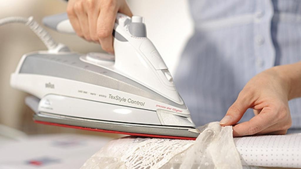 Утюг на гладильной доске