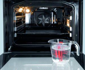 Очищення духовки парою за допомогою води і спец засобів для гідролізу