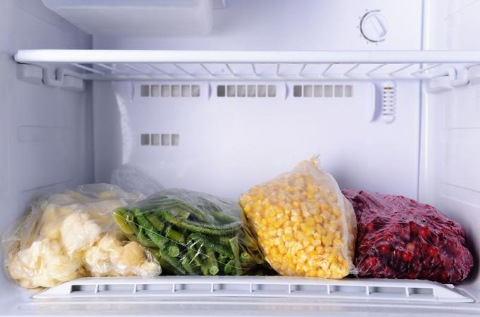 Как правильно располагать продукты в морозильной камере