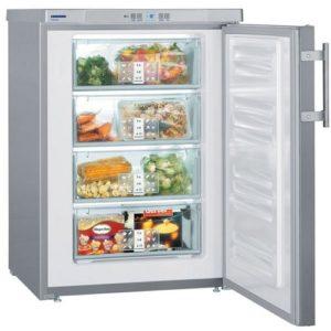 Морозильна камера з відкритими дверима і продуктами