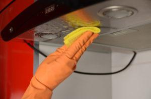 Очищення витяжки за допомогою вологої губки або серветки