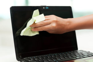 Протираємо екран ноутбука спеціальною вологою серветкою