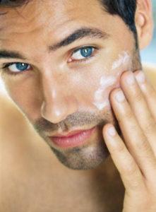 Підготовка шкіри до гоління - зволожуємо за допомогою мила.