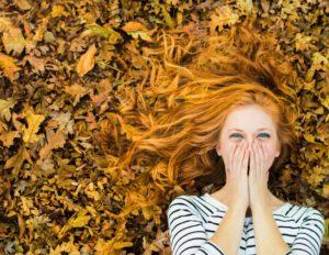 Фотосесія в яскравих осінніх листках